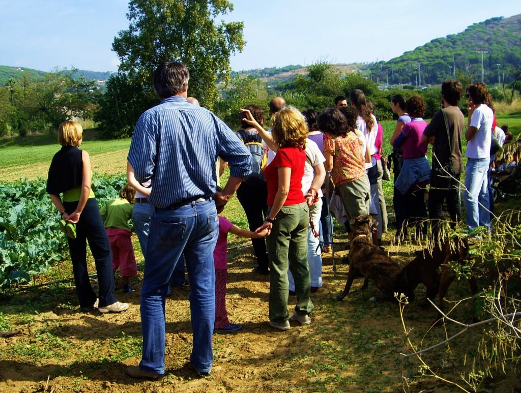 Encuentro entre productores ecológicos y consumidores durante una visita al campo