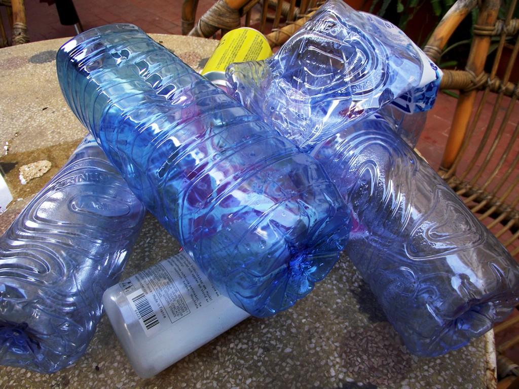 Y con unas cuantas botellas y bolsas de plástico...