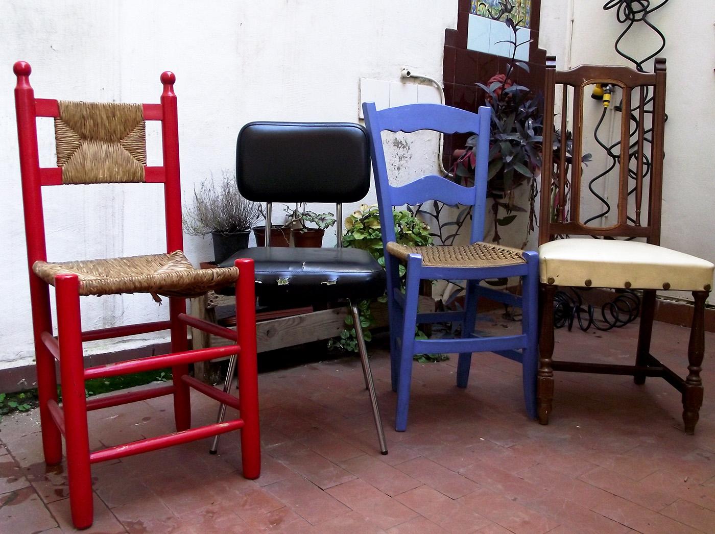 Un variopinto comedor de casa con sillas recuperadas de la calle
