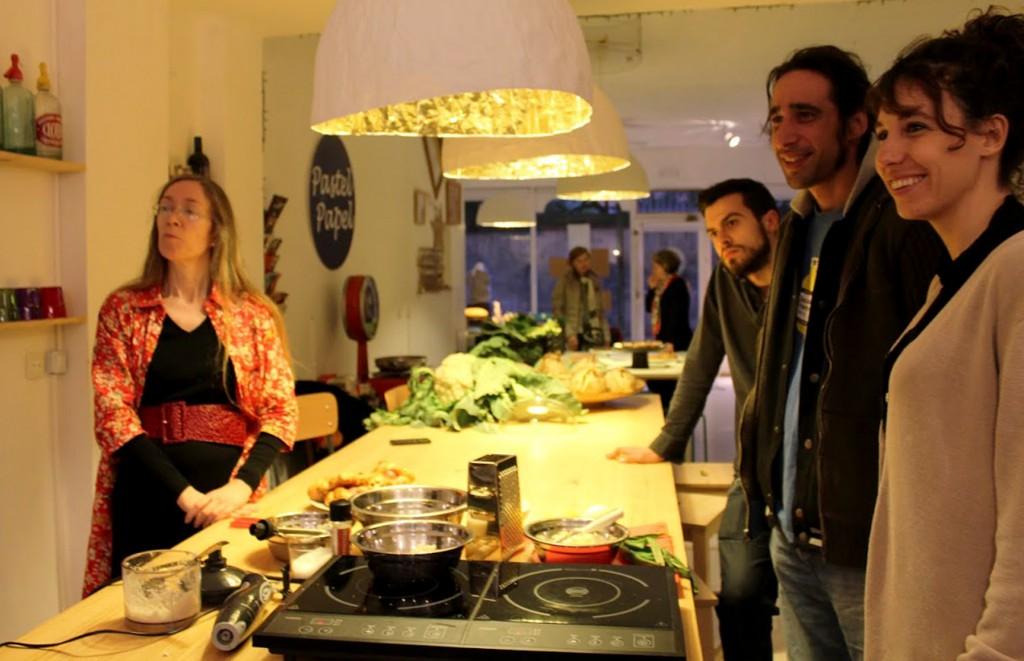 """Escuchando las indicaciones del """"chef"""" Baudouin antes de empezar la primera receta"""