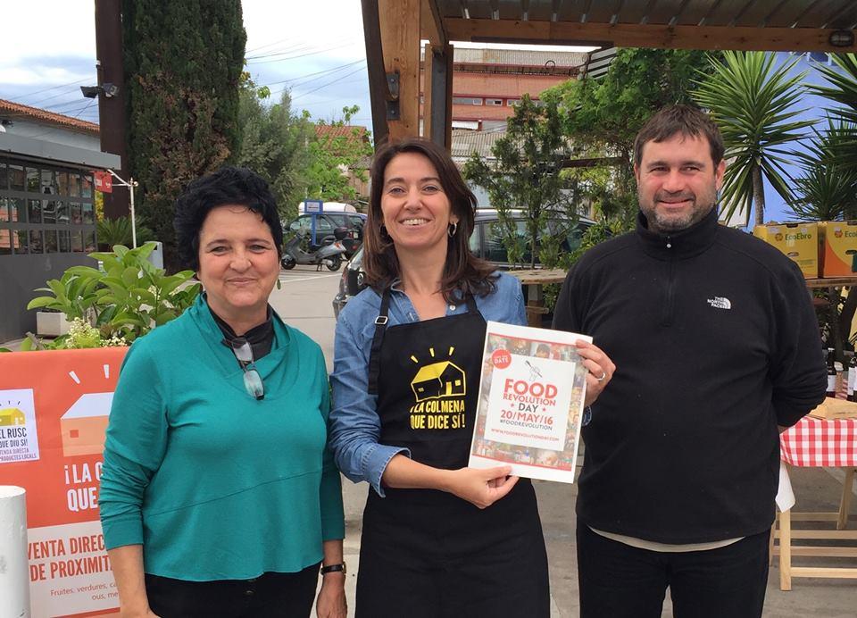 Muchas Colmenas también se han unido al Food Revolution Day. Sabine de la Colmena de Sant Cugat con los productores dicen ¡Sí!